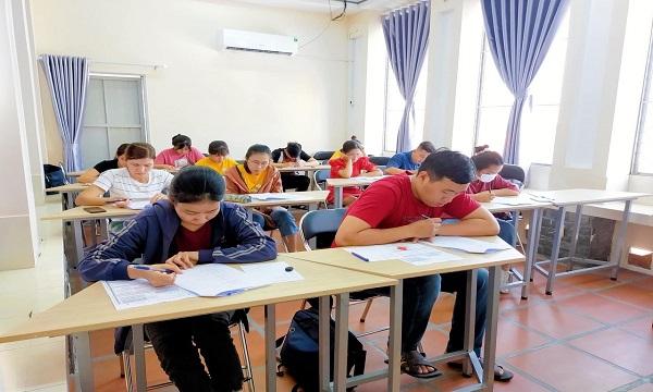 Học viên thi thử chứng chỉ tiếng Trung HSK do SHZ tổ chức