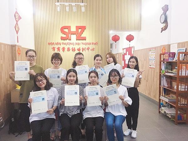 Học viên SHZ nhận chứng chỉ HSK