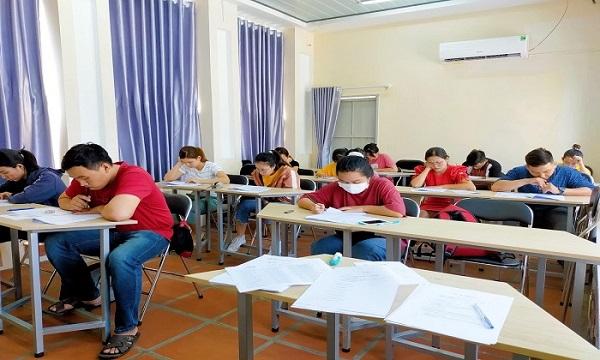 Học viên tham gia kỳ thi thử HSK